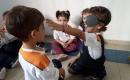 Com os olhos vedados, as crianças usam o tato para reconhecer o colega e perceber que as diferenças somam, e não separam